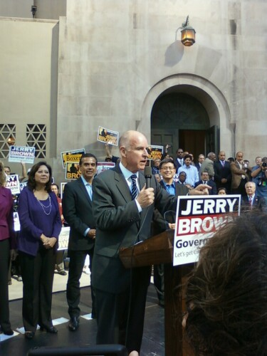 Jerry Brown rallies at the LA Central Library. (Laura Cueva)