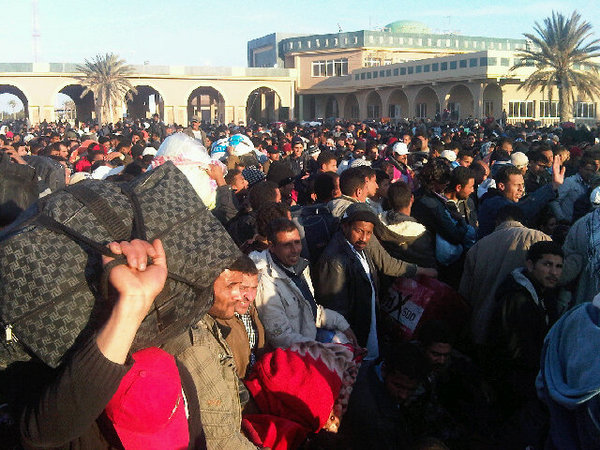 Egyptians flee Libya via @iTwitius