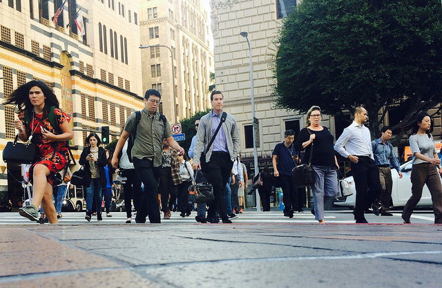 A horde of pedestrians hurry across the 7th Street cross walk. (Emily Mae Czachor/Neon Tommy)
