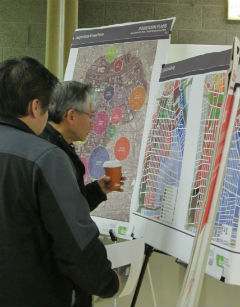 Los Angeles locals observe district maps during the public community meeting, Tuesday night. (Neon Tommy/Celeste Alvarez)