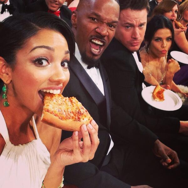 Jamie Foxx's daughter, Corinne tweeted a photo of her dad and Channing Tatum enjoying Ellen's pizza (@corinnefoxx/Twitter).
