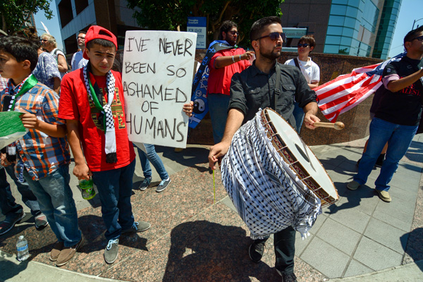 A drummer and a demonstrator on the Palestinian side. (Matthew Tinoco/Neon Tommy)