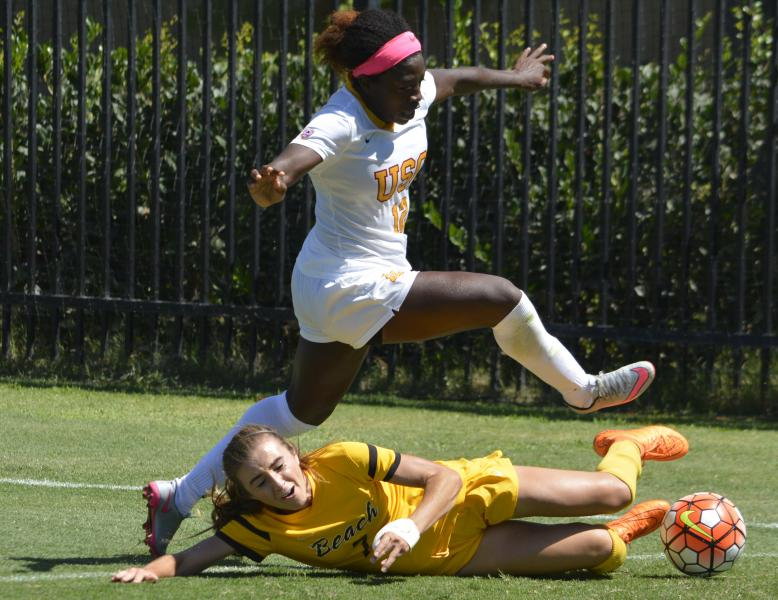 Defender Mandy Freeman evades a slide tackle. (Julia Poe/Neon Tommy)