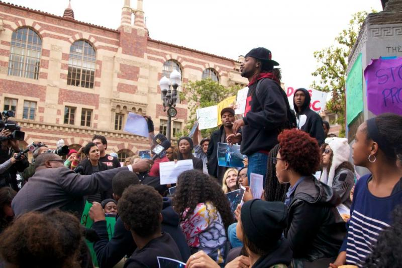 Nate Howard, who hosted the party, addresses the crowd gathered at the steps of Tommy Trojan about what happened. (Faith Jessie/ Neon Tommy)