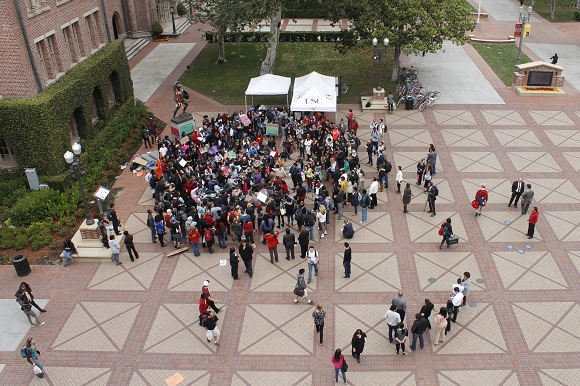 Several students gathered at Tommy Trojan to protest racial profiling and excessive force. (Aaron Liu/ Neon Tommy)