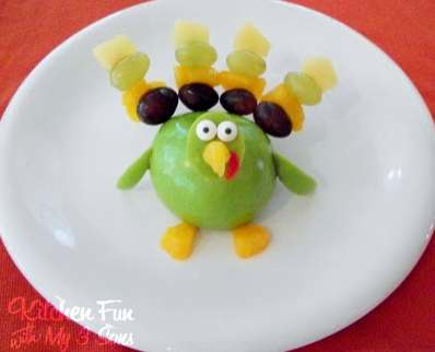 A turkey made out of fruit to stay healthy during Thanksgiving. (kitchenfunwithmy3sons.blogspot.com)
