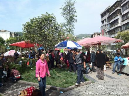 Residents Running Out of the Quake-shaken Buildings / Sina Weibo